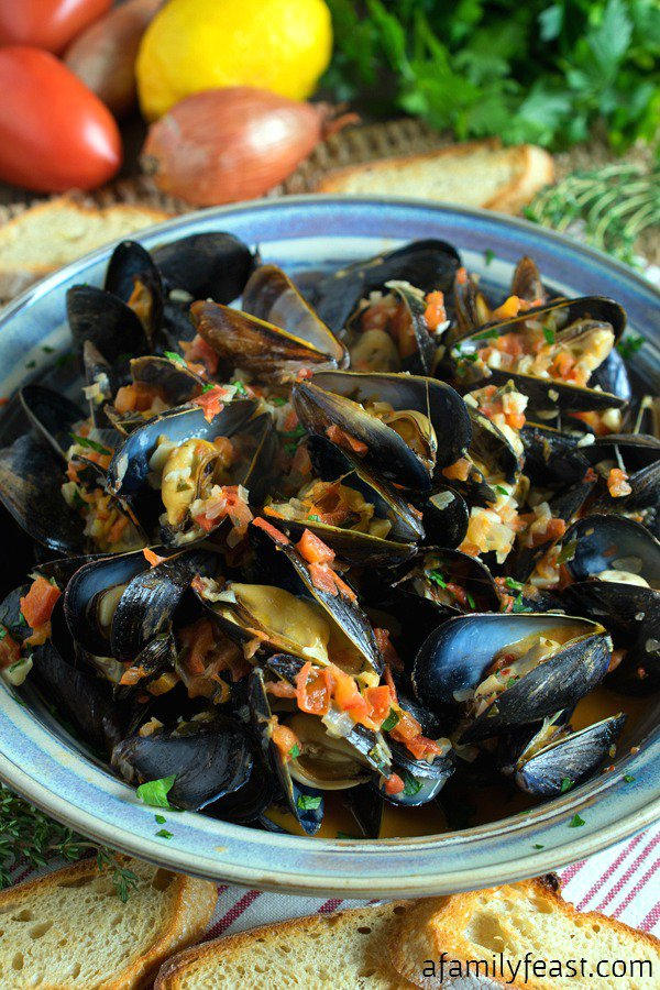 15 Easy Mussel Recipes | Mussels are delicious, sustainable, and easy to cook! Have your next mussel recipe on the table in no time with these easy, flavorful mussel dishes from some of our favorite bloggers.